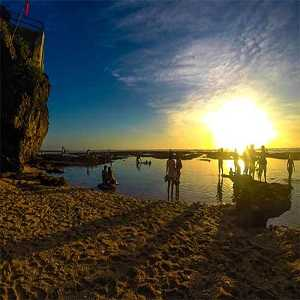 Sunset di Pantai Suluban Blue Point di Pecatu Uluwatu Bali