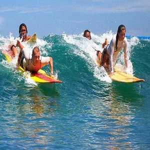 Surfing di Pantai Kuta Bali