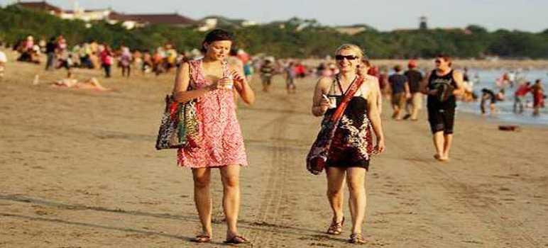 Turis Pantai Kuta Bali