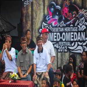 Tradisi Omed-omedan di Banjar Kaja Desa Sesetan Bali