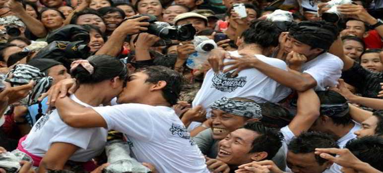 Omed-omedan di Banjar Kaja Desa Sesetan Bali