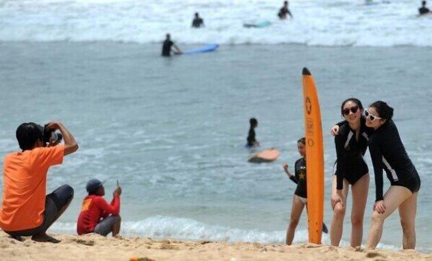 surfing_di_pantai_kuta_badung_bali